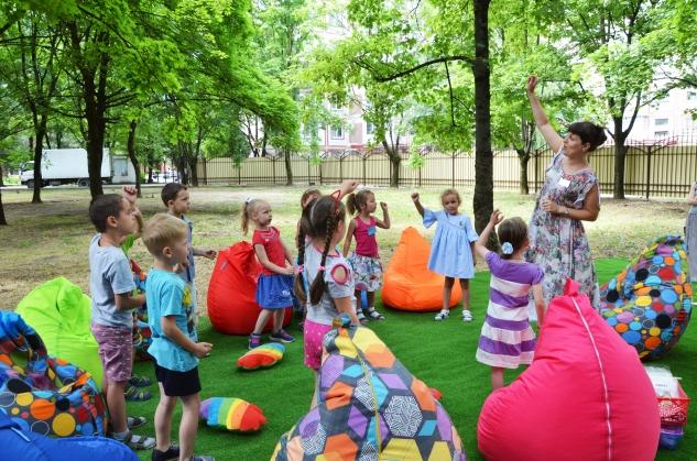 В «Элите» стартовали необычные занятия английским языком в рамках мини-курса «English fun at the lawn» («Английский на лужайке»)